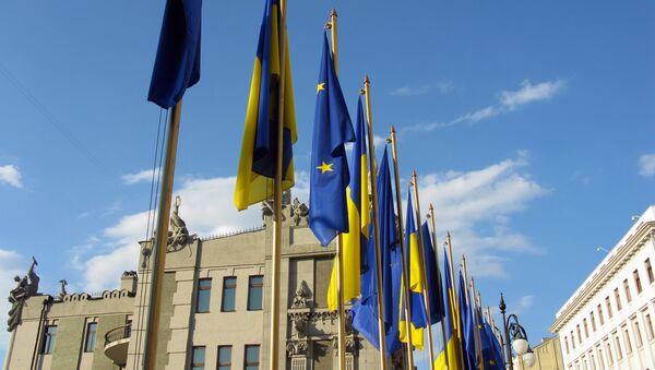 Banderas de la UE y Ucrania - Sputnik Mundo