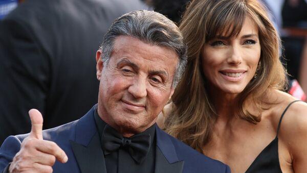 El actor, Sylvester Stallone, y su esposa, Jennifer Flavin, en la alfombra roja de la 88ª edición de los premios Óscar. Hollywood, California, 28 de febrero de 2016. - Sputnik Mundo