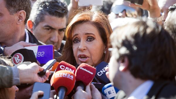 Argentina's former President Cristina Fernandez speaks to the media outside federal court in Buenos Aires, Argentina, Wednesday, July 6, 2016 - Sputnik Mundo