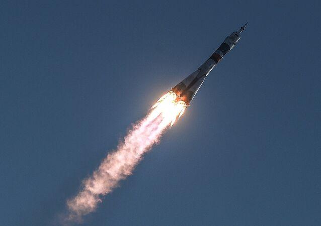 El lanzamiento del cohete portador Soyuz-FG,  con la nave tripulada de nueva serie Soyuz-MS, desde el cosmódromo de Baikonur
