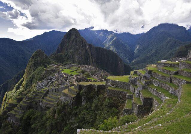 Vista de la montaña Huayna Picchu y las ruinas de la antigua ciudad de Machu Picchu.