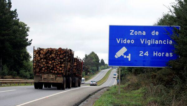 Un camión cargado de madera en la región chilena de La Araucanía - Sputnik Mundo