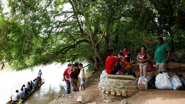 People wait their turn to cross to Boca del Grita in Venezuela, over a river that marks the border near Puerto Santander, Colombia, June 3, 2016. Picture taken from the Colombia side of the Venezuela-Colombia border - Sputnik Mundo