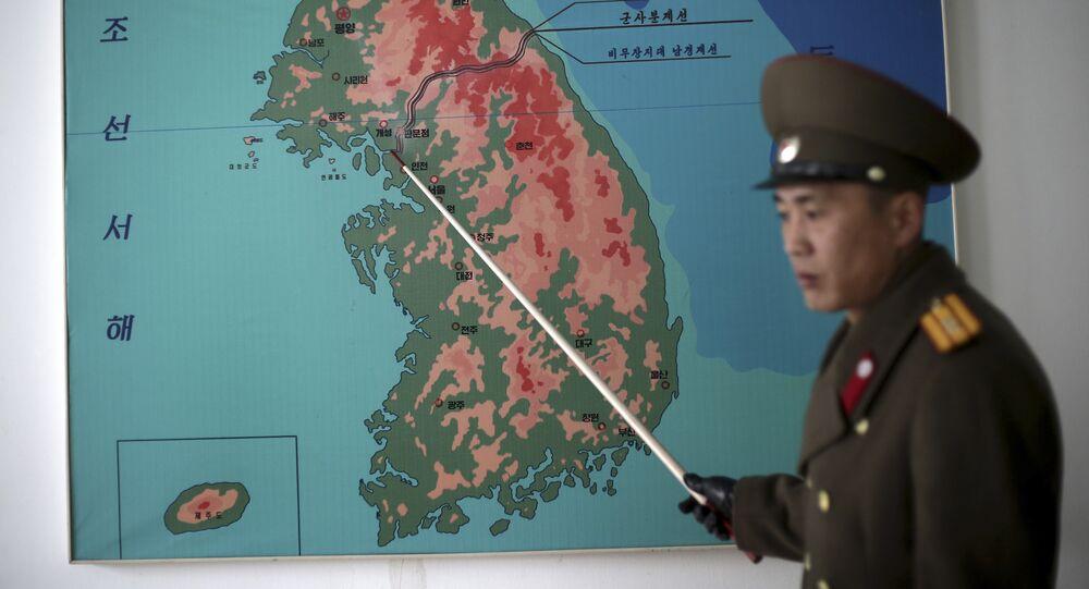 Soldado de la Armada muestra la delimitación de las dos Coreas