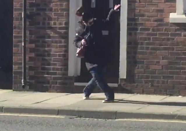 Una mujer bailando en plena calle