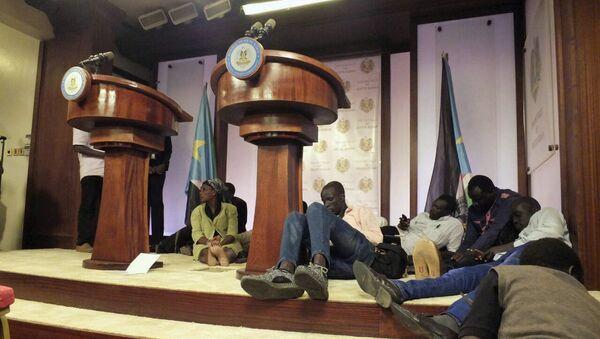 Los periodistas se cayeron al piso en el palacio presidencial de Sudán del Sur tras escuchar los tiroteos - Sputnik Mundo