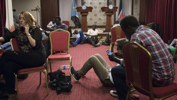 Periodistas en la sala de conferencias durante los enfentamientos al lado del palacio presidencial en Yuba, Sudán del Sur - Sputnik Mundo