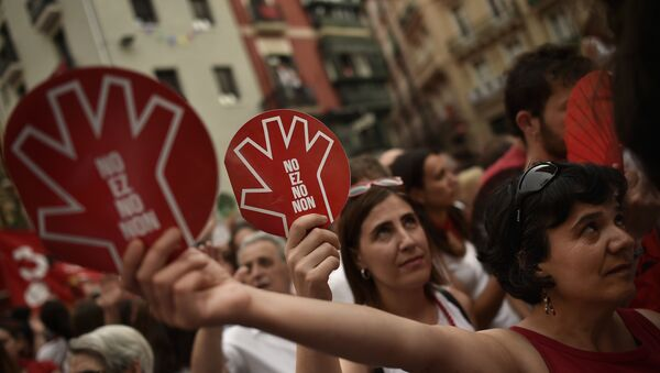 People hold banners reading, ''No is No'' as they protest against an alleged sexual assault. at the San Fermin Festival, in Pamplona, northern Spain. - Sputnik Mundo