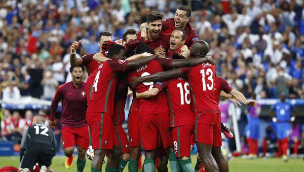 Selección de fútbol de Portugal celebra su victoria en la Eurocopa 2016 - Sputnik Mundo