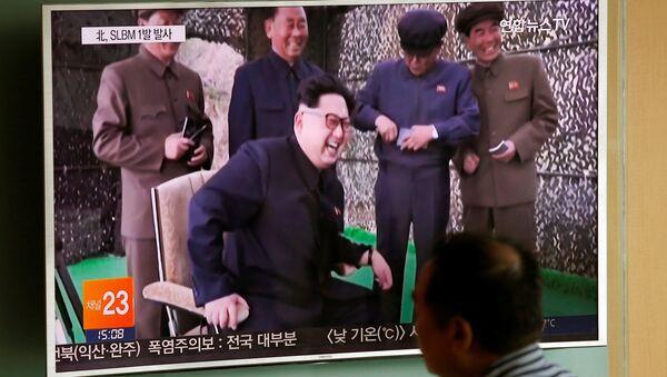Los medios surcoreanos informan sobre el lanzamiento de un misil balístico norcoreano - Sputnik Mundo