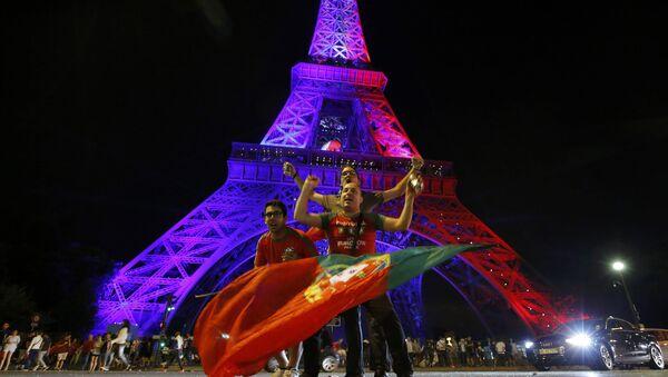 Hinchas en París tras el final de la Eurocopa - Sputnik Mundo