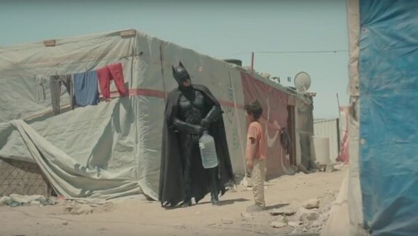 Niño sirio y Batman - Sputnik Mundo
