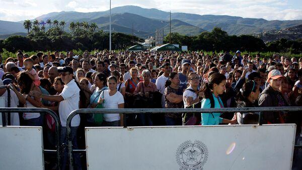 Gente en la frontera entre Colombia y Venezuela - Sputnik Mundo
