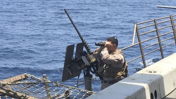 Un artillero escanea el mar a bordo del barco estadounidense New Orleans en el estrecho de Ormuz - Sputnik Mundo