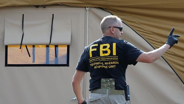 An FBI investigator works at the crime scene of a mass shooting at the Pulse gay night club in Orlando - Sputnik Mundo
