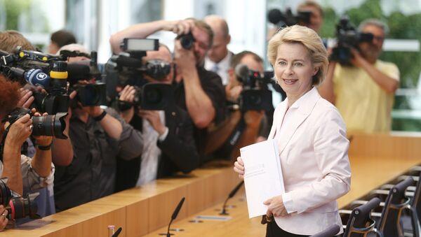 La ministra de Defensa, Ursula von der Leyen, presentando el libro blanco - Sputnik Mundo