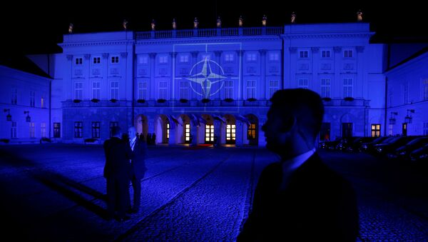 The NATO symbol is projected on the Presidential Palace in blue light as Obama and NATO leaders attend a NATO Summit working dinner in Warsaw - Sputnik Mundo