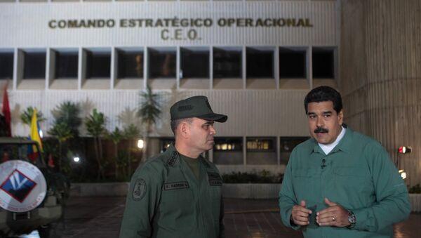 El presidente de Venezuela, Nicolás Maduro, habla con el ministro de Defensa, Vladimir Padrino López (archivo) - Sputnik Mundo