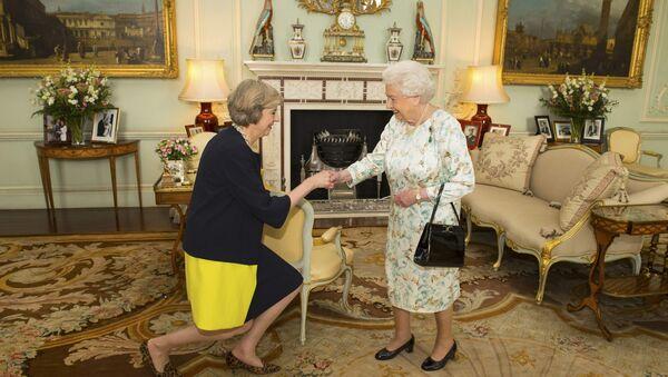 Theresa May y la reina Isabel II durante una audiencia oficial en el palacio de Buckingham - Sputnik Mundo