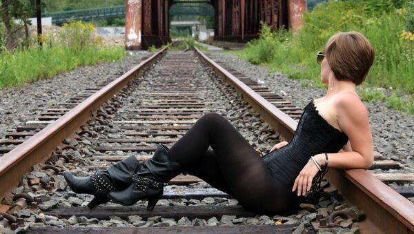 Una mujer en las vías del tren (archivo) - Sputnik Mundo