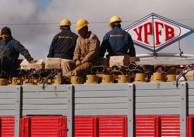 Trabajadores de YPFB