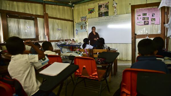 Una clase en la escuela rural de Adolfo Lopez Mateos en Oaxaca - Sputnik Mundo