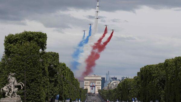 El arco del Triunfo en París, Francia - Sputnik Mundo