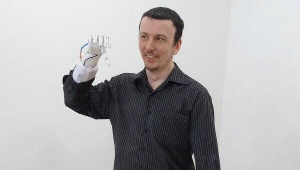 La primera persona en probar la prótesis biónica rusa Maxbionic - Sputnik Mundo