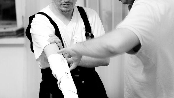 La primera persona en probar la prótesis Maxbionic y su creador, Maksim Lyashko - Sputnik Mundo
