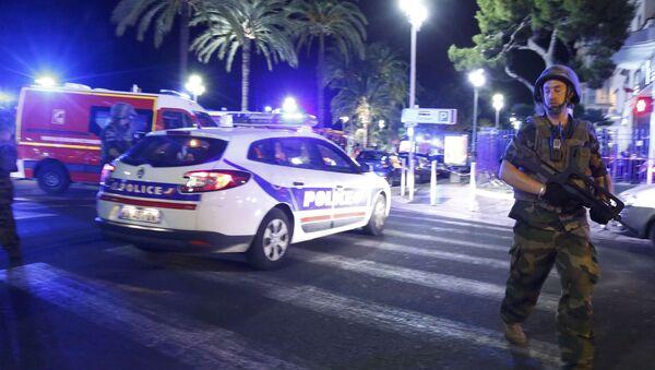 Policía y soldados franceses en el lugar donde un camión atropelló a una multitud en Niza - Sputnik Mundo