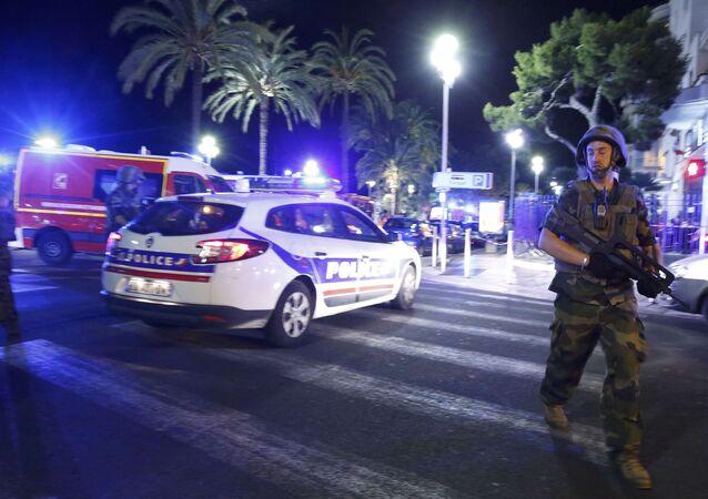 Policía y soldados franceses en el lugar donde un camión atropelló a una multitud en Niza
