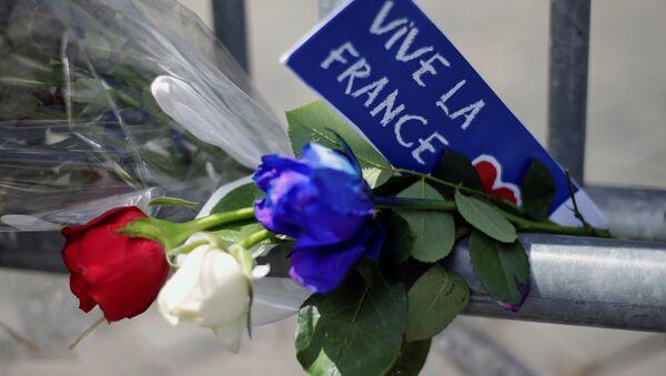 Las flores dedicadas a las víctimas del atentado en Niza - Sputnik Mundo