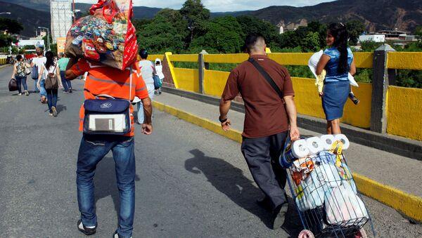 Ciudadanos venezolanos cruzando la frontera con Colombia - Sputnik Mundo