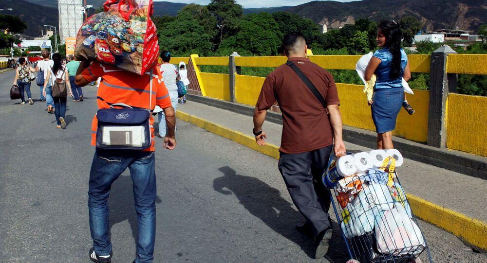Ciudadanos venezolanos cruzando la frontera con Colombia (archivo)