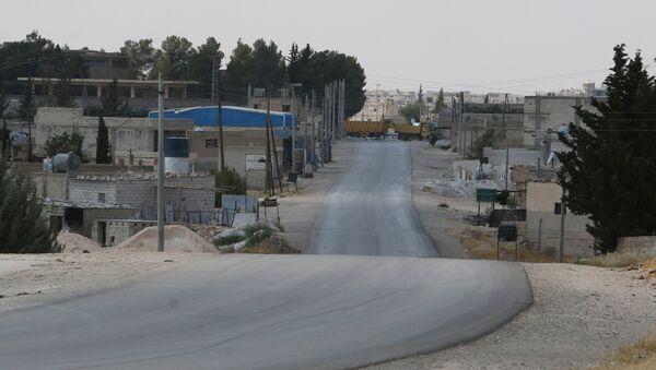 Trucks block the southern entrance of Manbij, in Aleppo Governorate, Syria - Sputnik Mundo