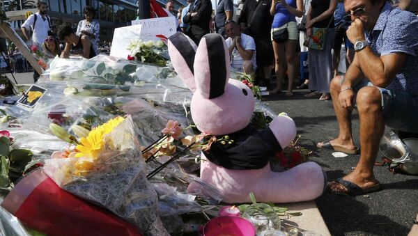 Flores y un peluche en homenaje a las víctimas del atentado en Niza - Sputnik Mundo