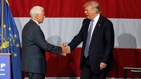 El gobernador de Indiana, Mike Pence, y el candidato republicano a presidencia de EEUU, Donald Trump - Sputnik Mundo