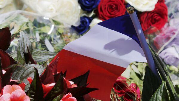 Flores en homenaje a las víctimas del atentado en Niza - Sputnik Mundo