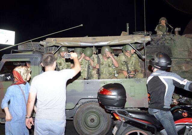 Militares turcos en el aeropuerto de Ataturk en Estambul
