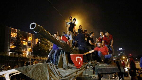 Gente sube sobre un tanque militar en Ankara - Sputnik Mundo
