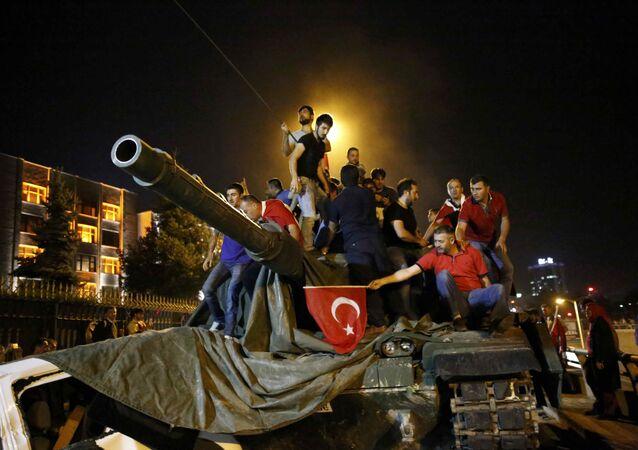 Gente sube sobre un tanque militar en Ankara