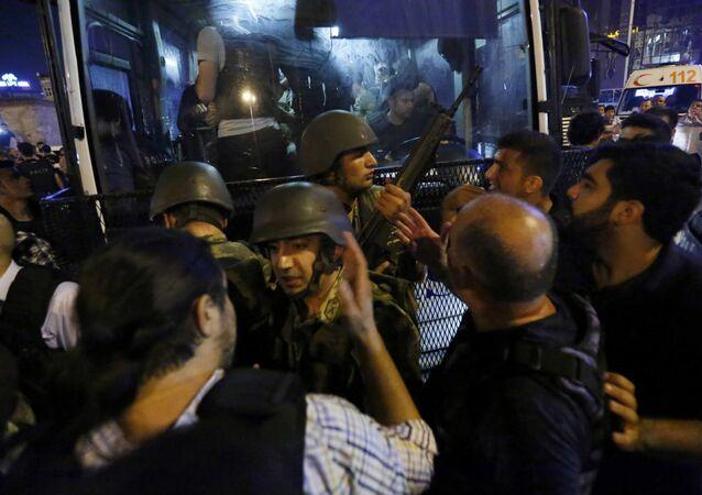 Decenas de militares que participaron del golpe de Estado entregan sus armas en la plaza de Taksim en Estambul