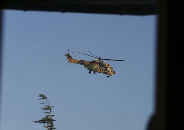 Un helicóptero cerca del aeropuerto internacional Ataturk en Estambul