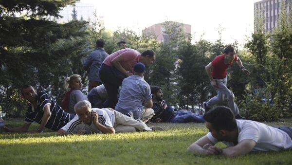 Gente se pone a cubierto por el tiroteo en Ankara - Sputnik Mundo