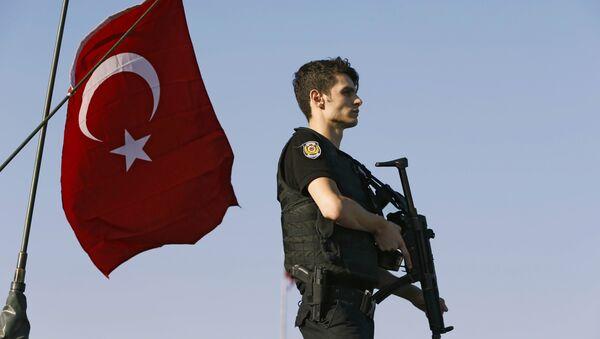Un policía turco vigila a los golpistas mientras ellos se entregan a las autoridades en el puente del Bósforo - Sputnik Mundo