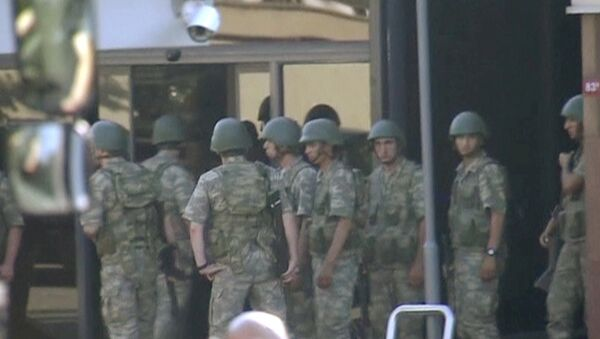 Los militares turcos partidarios del golpe se rinden a la Policia - Sputnik Mundo