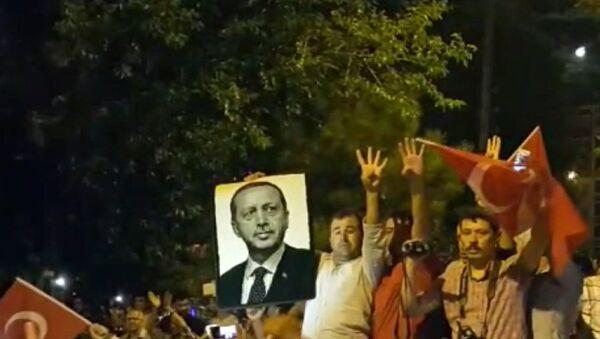 Los habitantes de Estambul toman las calles para abortar el golpe militar - Sputnik Mundo