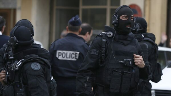 French RAID (Research, Assistance, Intervention, Deterrence) police gather near the site in Nice, south-eastern France, on April 27, 2015 - Sputnik Mundo