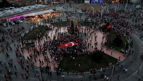 Una reunión progubernamental en la plaza de Taksim en Ankara el día después de la sublevación - Sputnik Mundo