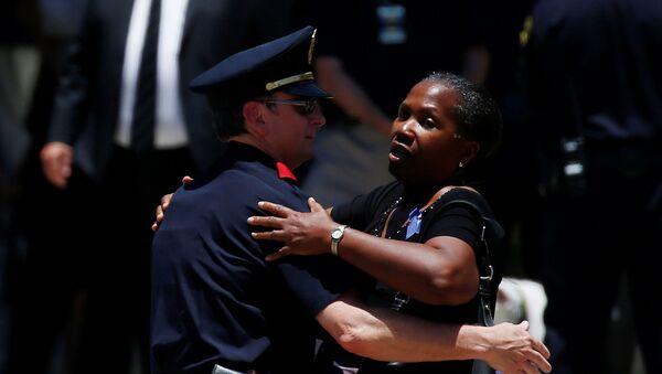 Agente de policía y la mujer después del funeral en Dallas - Sputnik Mundo